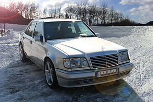 Mercedes-Benz E500 W124 a fost modificat de Carbon Motors!