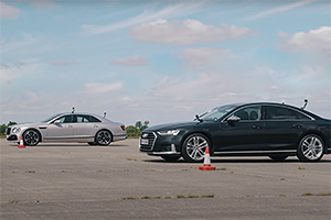 (VIDEO) Cursă luxoasă: Audi S8 vs Bentley Flying Spur. Care e mai rapidă?