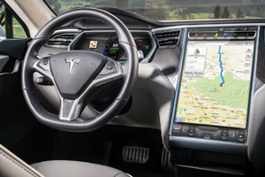 Tesla va rechema 158 mii electromobile din cauza unui defect major la sistemul multimedia