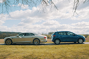 (VIDEO) Dacia Sandero vs Bentley Continental Flying Spur: o comparaţie neaşteptată a britanicilor